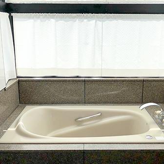 9F カーテンを閉めた風呂場