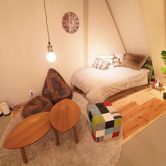 古木床とシングルベッド